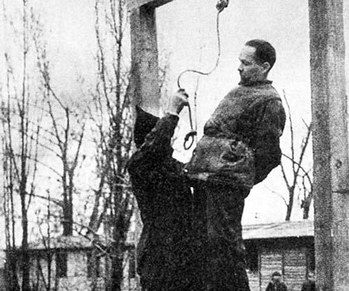 Rudolf Höss, a punto de ser ahorcado en Auschwitz, el Lager del que fue comandante.