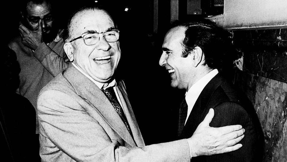 Carrillo, secretario general del PCE con el entonces ministro del interior de la UCD, Juan José Rosón