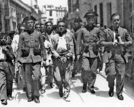 Guardias civiles conduciendo una cuerda de presos durante el periodo insurreccional que siguió a la proclamación de la República